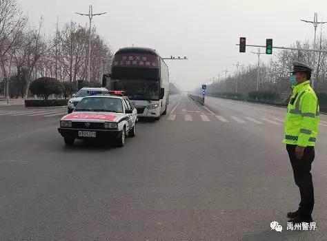 禹州交警全力护航复工复产