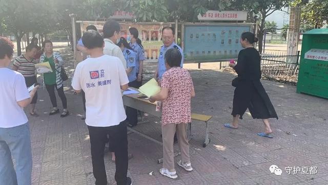 昨天上午禹州梁北镇铁里村委会门口这一幕引起的大量人群围观