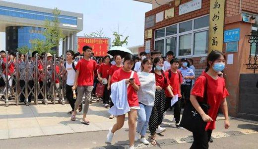 直击禹州高考现场,我们拍下了这感人的一幕