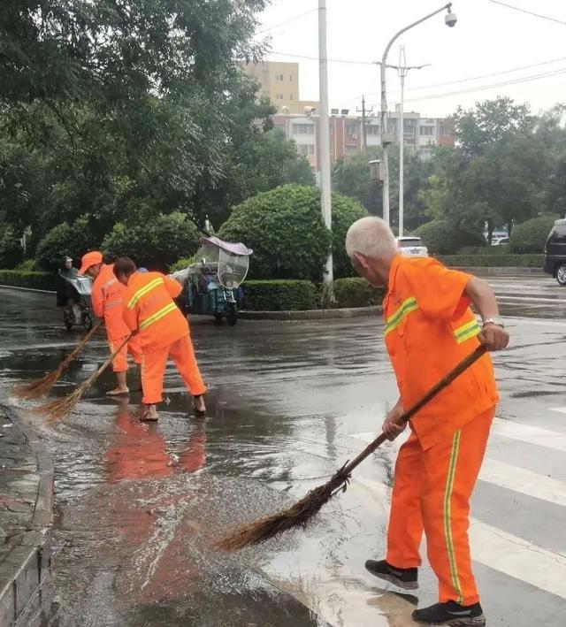禹州环卫:雨中清洁不放松 持续创文忙提升