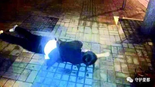 男子深夜醉酒在街头,禹州民警暖心守护在身边
