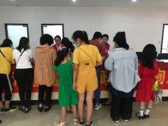 今天下着大雨,禹州这个地方却围着一群人,他们在干啥?