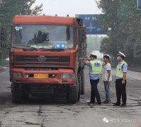 货车司机被困车内 禹州交警迅速相助