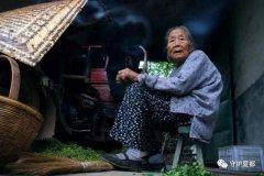 一位白发老奶奶的举动让禹州文殊民警也泪目了