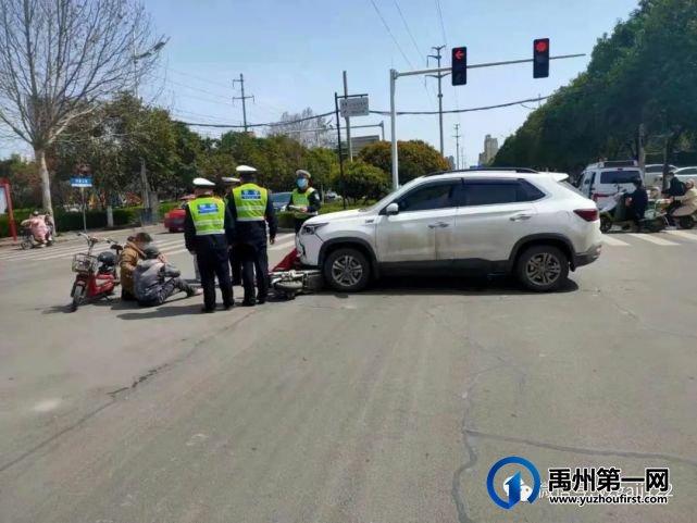 禹州公安交警心存侥幸驾驶电动车闯红灯,撞了!