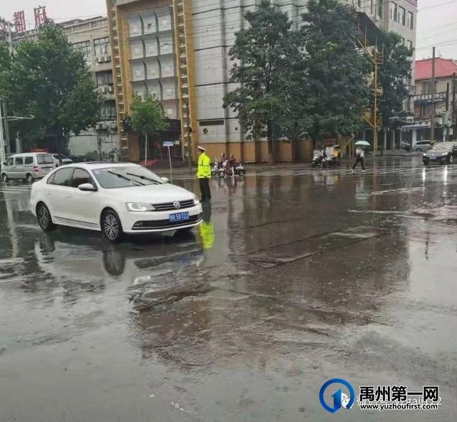 暴雨中的禹州交警!